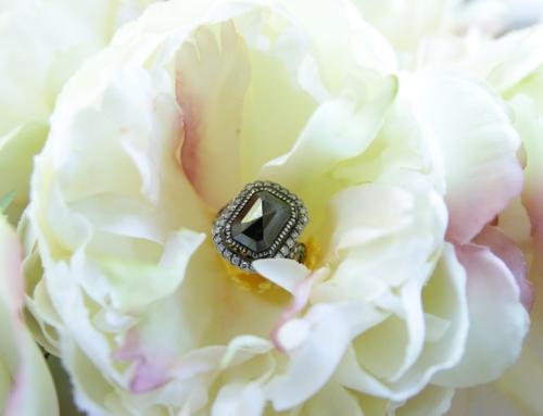 Ein Schwarzer Diamant im Verlobungsring